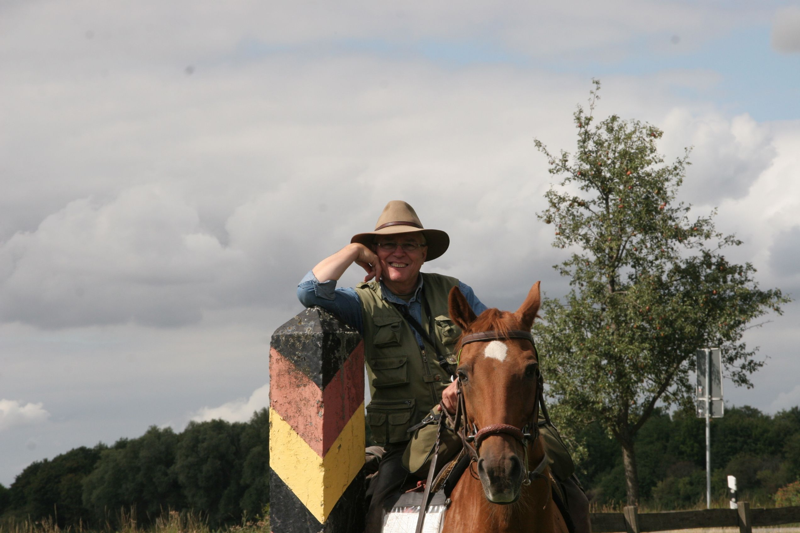 Auf dem Pferd die Grenze entlang